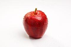 Rode appel met dauwdalingen Stock Fotografie