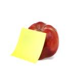 Rode appel met duidelijk geel schrijfpapier Stock Afbeelding
