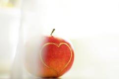 Rode appel met hart Stock Afbeelding