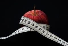 Rode appel met het meten van band Stock Foto's