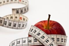 Rode appel met het meten van band royalty-vrije stock foto's