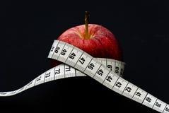 Rode appel met het meten van band stock foto