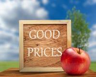 Rode appel met houten kader royalty-vrije stock afbeelding