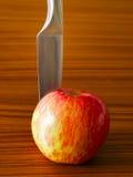 Rode appel met mes Stock Foto's