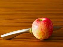 Rode appel met mes Royalty-vrije Stock Foto