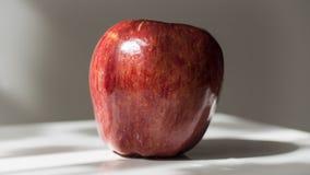 Rode appel met waterdalingen op achtergrond Stock Foto's