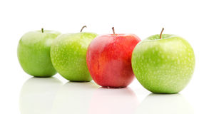 Rode Appel onder Groene Appelen Stock Fotografie
