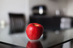 Rode appel op de glaslijst Royalty-vrije Stock Afbeelding