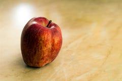 Rode appel op de lijst Royalty-vrije Stock Afbeeldingen