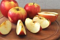 Rode appel op de lijst Stock Foto's