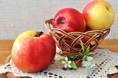 Rode appel op de lijst Stock Afbeelding