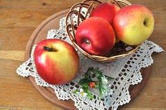 Rode appel op de lijst Royalty-vrije Stock Afbeelding