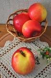 Rode appel op de lijst Royalty-vrije Stock Foto