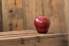 Rode appel op een oude houten lijst Stock Fotografie
