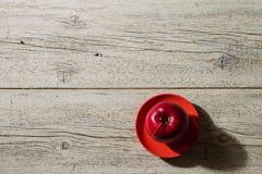 Rode appel op een rode schotel Stock Afbeeldingen