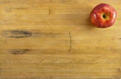 Rode Appel op Versleten Scherpe Raad Stock Foto
