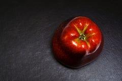 Rode Appel op Zwarte Stock Foto's