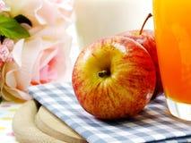 Rode appel uitgezochte nadruk met jus d'orange en melk Stock Fotografie