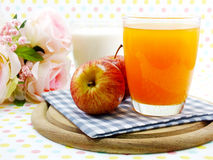 Rode appel uitgezochte nadruk met jus d'orange en melk Royalty-vrije Stock Afbeeldingen