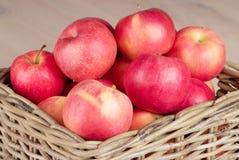 Rode appelen in mand Stock Fotografie