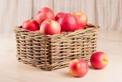 Rode appelen in mand Stock Afbeelding