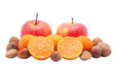 Rode appelen, mandarins met dalingen en geïsoleerdec noten Royalty-vrije Stock Afbeelding