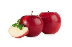 Rode appelen met dalingen en een plak Stock Foto's