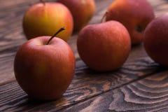 Rode appelen op houten lijst, selectieve nadruk Stock Afbeeldingen