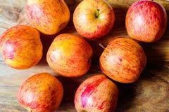 Rode appelen op houten lijst stock afbeelding