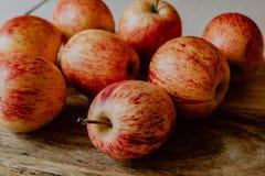 Rode appelen op houten lijst royalty-vrije stock foto