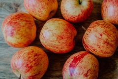Rode appelen op houten lijst royalty-vrije stock foto's