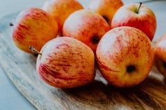 Rode appelen op houten lijst stock fotografie