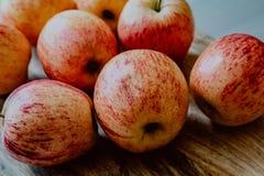 Rode appelen op houten lijst stock foto's