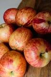 Rode appelen op houten lijst stock afbeeldingen