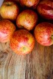 Rode appelen op houten lijst stock foto