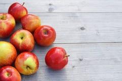 Rode appelen op houten oppervlakte stock fotografie