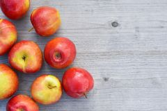 Rode appelen op houten oppervlakte royalty-vrije stock foto's