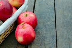 Rode appelen op oud hout Stock Foto's