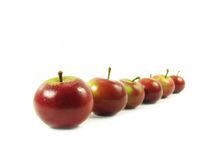 Rode appelen in rij op wit royalty-vrije stock afbeelding