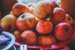 Rode appelen van de tuin, de zomerstilleven, wijnoogst Stock Fotografie