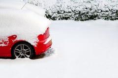 Rode auto in de sneeuw royalty-vrije stock afbeeldingen