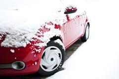 Rode auto in de sneeuw Royalty-vrije Stock Afbeelding