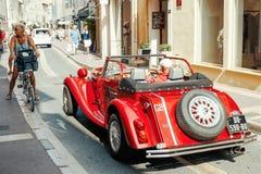 Rode auto in de stadsstraat Stock Foto's