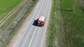 Rode auto die asfaltweg met verf merken stock video