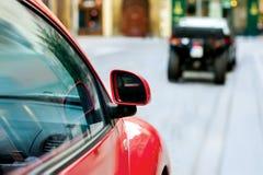 Rode auto die zich in oud stadsdetail bewegen Stock Afbeelding