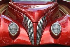 Rode auto en grill Stock Afbeelding