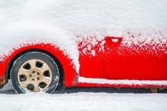 Rode auto onder sneeuw royalty-vrije stock foto's
