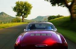 Rode auto op de weg stock fotografie