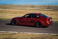 Rode auto op rasspoor Stock Afbeeldingen