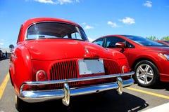 Rode auto's in parkeerterrein Stock Foto's